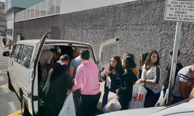 ESPECIAL NAVIDAD Y AÑO NUEVO 2019: Los alumnos del Colegio Virgen del Mar entregan los alimentos a los «Hermanos de la Cruz Blanca»