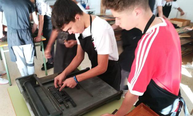 Los alumnos de Primero y Segundo de Bachillerato participan en un taller de impresión tipográfica