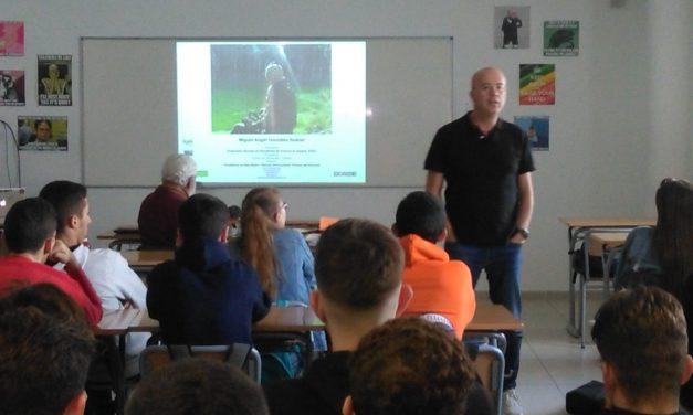 Miguel Ángel González, presidente del CIT, ofrece una conferencia sobre turismo a los alumnos de 1º y 2º de Bachillerato