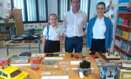 La Biblioteca del Colegio Virgen del Mar acoge una exposición de antigüedades, desde juguetes hasta revistas o un radio cassette