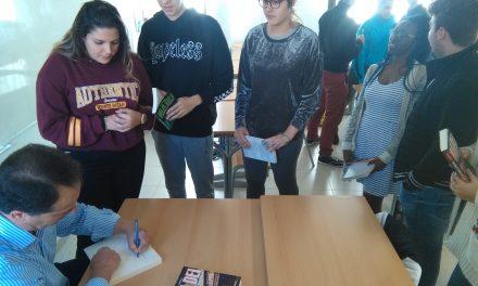 El autor Mariano Gambín ofrece una conferencia a los alumnos de 1º y 2º de Bachillerato sobre su obra
