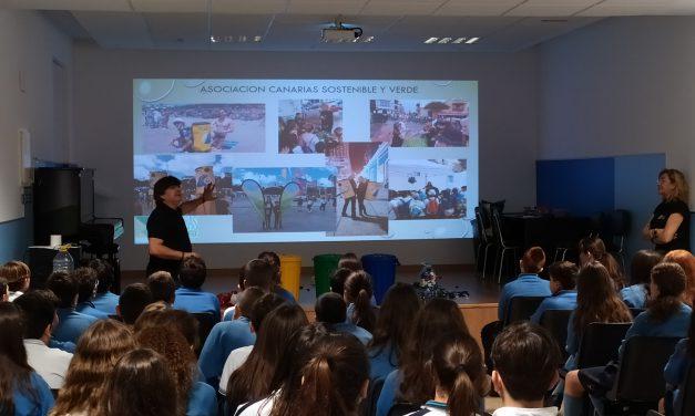 La Asociación Canarias Sostenible y Verde ofrece una charla a los alumnos de 1º de ESO sobre el reciclaje y medio ambiente