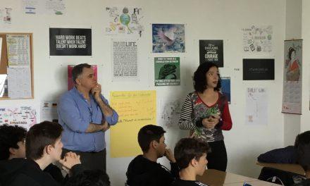 Los profesores de la Escuela Náutica de la ULL, José Ángel Rodríguez y Ángela Hernández, informan a los alumnos de 1º y 2º de Bachillerato sobre la especialidad de «Radioelectrónica Naval»