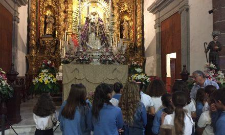 El Colegio Virgen del Mar visita a la Virgen de Candelaria durante su estancia en la Iglesia Matriz de la Concepción