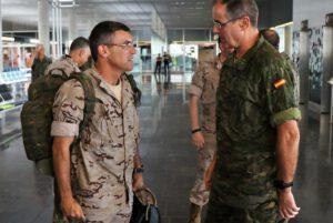 El Teniente General Palacios (drcha.) recibe a los mandos de la Operación Balmis.
